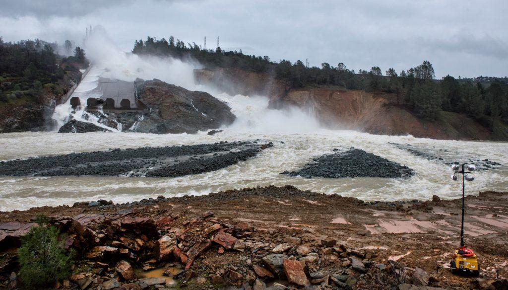 Ces alluvions issus de l'érosion du sol et du béton de l'évacuateur empêchent l'eau de s'écouler correctement et doivent être retirés (20 février)