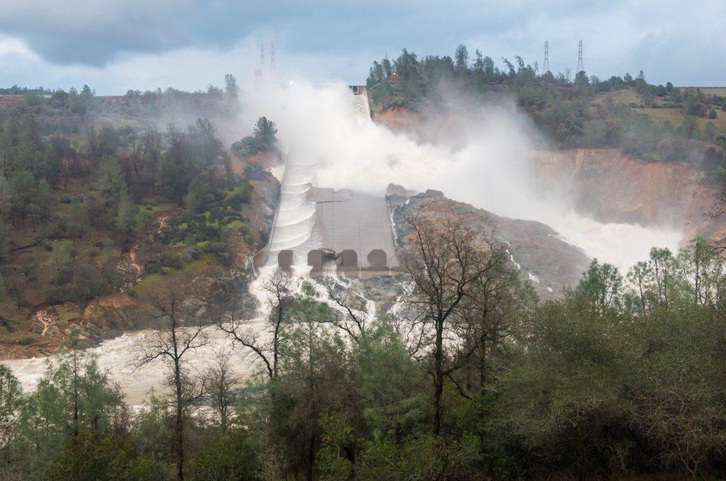 Sur cette photographie du 18 février, on voit très bien que l'eau ne s'écoule plus vraiment dans l'évacuateur principal, mais sur les accôtements