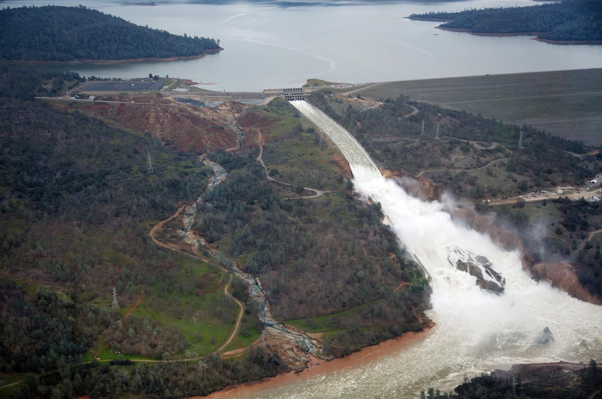 Au centre de l'image, l'évacuateur principal endommagé. À gauche, on voit le sillon creusé par l'eau s'étant écoulé de l'évacuateur de secours
