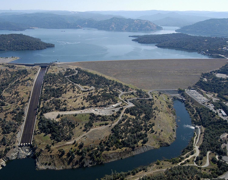Le barrage d'Oroville, avec son évacuateur de crue principal à gauche. Wikimedia