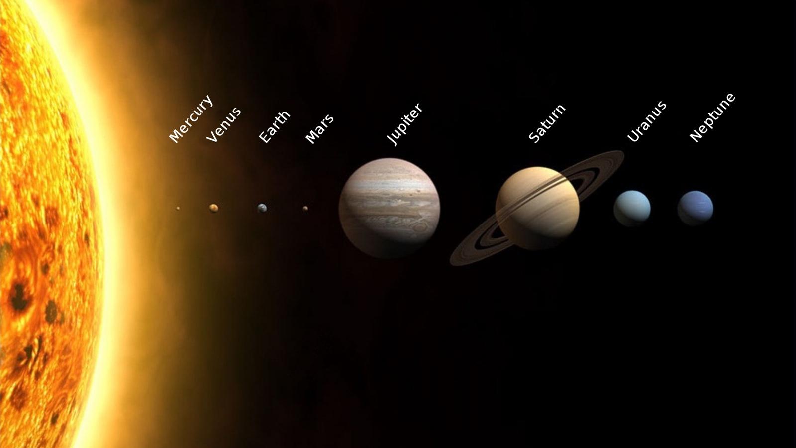 """Modèle des planètes du Système Solaire. Une information conservée est la taille relative des planètes, une information """"perdue"""" est leur distance. Crédit : Wikimédia."""